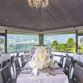 箱根の大自然を一望できるパーティー会場。広々したテラスからの眺めはまた格別。