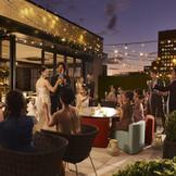 roof top bar【az well】 館内最上階に併設のBarでは二次会の開催も可能。結婚式~ご披露宴~そのまま2次会というスタイルでもOK
