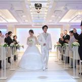 スタンダードは花嫁のような純白のチャペル。実は演出によりカラーリングを変幻自在にできる特別なチャペルです。全国的にも珍しいハープやピアノの生演奏がお二人の誓いを包みます