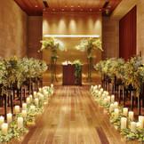 【カムンチャペル】花梨(かりん)の木材で造られたアットホームなチャペル。レストラン内にあるのでゲストの移動もスムーズにご案内できます。木の温もりに包まれて温かな挙式を。キリスト教式、人前式、和装人前式などご案内可能です。