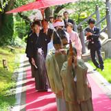 白山殿/参進の儀 御親族・ご友人の方々とともに、心と足並みを揃えて挙式へと向かう大切な儀式。
