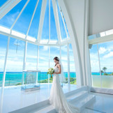 祭壇の向こう側は、水平線が広く見渡せるガラス造り。トワイライトタイムは幻想的なサンセットが目の前に!沖縄でリゾートウエディングなら「モントレ・ルメール教会」へ。