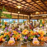 【グランドボールルーム】 京都最大級の大きさを誇る、絢爛豪華なメインバンケット 高い天井と鴨川を見下ろす一面の窓が醸し出す開放感は圧巻  最大収容人数:着席170名