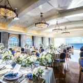 披露宴会場『オーシャンブルー』のコンセプトはコートダジュール。南仏を代表するリゾートでのブライダルパーティーのように◎