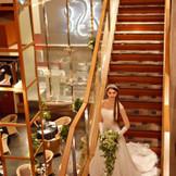 ラリアンスならでは!10mの大階段からの入場はゲストから歓声が上がります。その他大階段を使用した演出を多数ご提案しております。