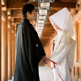 橿原神宮「儀式殿」での挙式後、列席者とともに歩く回廊。幾重にも続く燈籠は結婚式をととのったおふたりの未来を象徴しているよう。