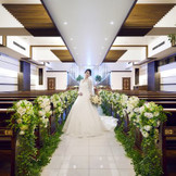 純白のウェディングドレスは白い大理石のバージンロードと美しく調和致します