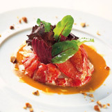 プリプリしたオマール海老がビスクソースとからんで至福の味が生まれる。華やかな料理が祝宴を彩る。