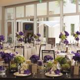 白い会場にパープルの装花コーディネートはちょっと大人のイメージで・・・