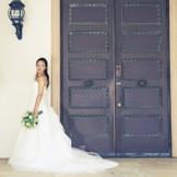 ゲストを迎える正面入口は、歴史あるブロンズドア。特別な一日にふさわしい貴重なアンティークドア。