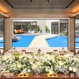 窓を開放すると開放感あふれるウォーターガーデンが出現!大人花嫁のためのプライベートリゾートウエディングが叶う!