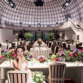 圧倒的な天井高を誇るグランドバンケット『Etoile~エトワール~』。階段入場やゲストと楽しむ演出も満載で結婚式ならではの体験を♪