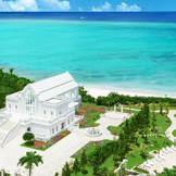 海へ突き出すように広がるガーデンの中に佇む、白亜の礼拝堂。碧い海と空、緑に純白の外観がよく映える。沖縄でリゾートウエディングなら「モントレ・ルメール教会」へ。