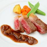 シェフが素材からソースまで、こだわる肉料理。産地・グレードにこだわるのも「おいしい」というゲストの声を聞きたいから。