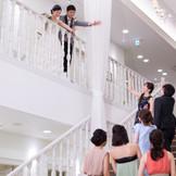 おふたりとゲストとの距離感を親密にする大階段も披露宴会場のひとつ。