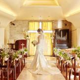 大理石のバージンロードは、ぬくもりのある光が反射して、花嫁姿をいっそう輝かせてくれます