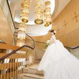 ホテルのシンボルである[八稜星]のシャンデリアが煌めくらせん階段は人気のフォトスポット