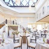天窓から自然光溢れ、階段入場も叶う人気会場「エスカーレ」はオープンキッチンからできたてのお料理をおもてなしできる♪最大70名様までの会場は隣接したゲスト専用ラウンジもあるので、ゆったり過ごせるからゲストも嬉しい♪