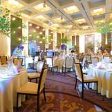 【披露宴会場 ZUIUN】天井も高く開放感があります。また、この会場限定の映像演出もありますのでご結婚式当日はゲストの方も楽しい1日になります♪