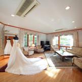 邸宅にはゆったり寛げるブライズルームも。家族で記念撮影をすることも。