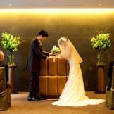 ゴールドを基調としたチャペルは白のウエディングドレスが一段と映えるシンプルリッチな空間