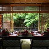 料亭「錦水」の個室。 庭園の緑と池を目前に、趣きある雰囲気。ご親族中心の会食や、結納にも。