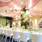 明るい雰囲気の中での結婚式