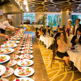 作りたてのお料理がライブ感ある演出でゲストに運ばれます。