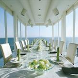 3面ガラス張りの白を基調としたオーシャンビュー会場『スターライトルーム』 まるで海の上に浮かんでいるような絶景が広がります