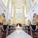 大聖堂のステンドグラスを背景に感動挙式