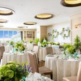 アットホームな雰囲気のナチュラルダイニング お花のアレンジやテーブルコーディネートをお楽しみいただける披露宴会場