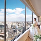 ホテル最上階からの見晴らしは抜群。開放的な雰囲気だから花嫁もリラックスして過ごせる