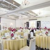 真っ白な壁とバラの柄のじゅうたんが大人かわいい雰囲気の【ラマージュ】72名まで可能