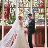 優美な姿で憧れを集める大聖堂のステンドグラスの前での永遠の誓いは、一生忘れられない思い出となる・・・