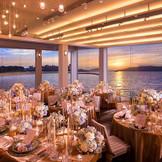 スワロフスキーがきらめく華やかな会場『ドゥ・キャップ』。スワロフスキーを使った照明装飾やインテリアで、優雅なひと時を過ごすにふさわしい壮麗な空間です