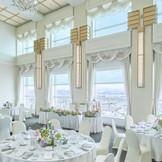 高い天井に大きな窓。眺望までもがおもてなしのひとつになる、31階【カーサ・ビアンカ】。白を基調とした会場を、おふたりらしく彩って。