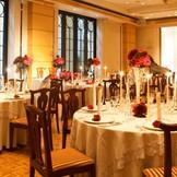 大きな窓があり開放的に、明るい上質な空間の「アグネスホール」