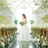 緑のシャンデリアが印象的な明るい光あふれるチャペル  花嫁様衣装がとても綺麗に映える緑のバージンロードもオーナーのこだわり☆