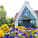 チャペル周辺には四季折々の花々が楽しめます。徳島」で「結婚式」「挙式」を挙げるなら「ブライダルフォート」