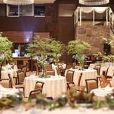 ナチュラルなグリーンの装花が会場の雰囲気にマッチ。人気のガーデン風コーディネート例。