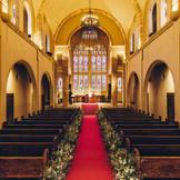 バージンロード30mを誇るマリゾンの大聖堂は、ステンドグラスや調度品まで数々のアンティークに包まれた荘厳なウエディングステージ。