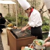 ホームパーティならではの料理演出は開放的なテラスで用意。