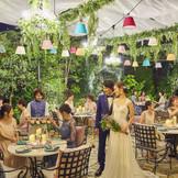 ロマンチックなナイトガーデンパーティー。 ライトアップされた空間を楽しめる