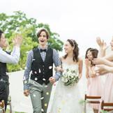 愛を誓ったあとは皆様からの祝福のシャワー♪ 広がるガーデンの中 最高に幸せな瞬間を・・