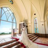 祭壇からは読谷村の美し海が目の前に飛び込んできます。「沖縄」で「挙式」「リゾートウエディン」なら「アリビラ・グローリー教会」。