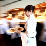 THEアルカディアが考えるゲストのおもてなしの一つ、出来たてのお料理をすぐにゲストの皆様へお届け