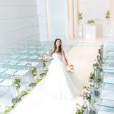 ホワイト基調のチャペル 純白のドレスに身を包み、永遠の誓いを