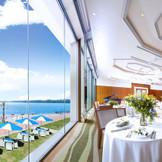 広々と包容力のある海を背景に、艶やかな祝宴を。窓一面のパノラマビューを愉しんで。