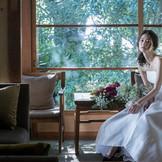 古き良き歴史が香る空間と緑の木々が、花嫁姿をより美しく魅せてくれる