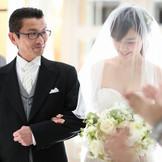バージンロードは大切なお父様と。結婚式は子育に幕を下ろすという意味もございます。